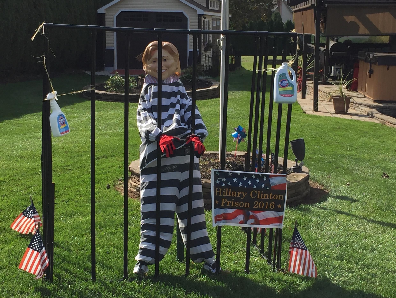 Randy Stubblebine ha construido una prisión para Hillary Clinton en el jardín de su casa.