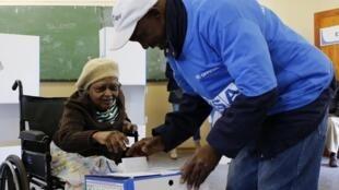 Opération de vote à Soweto, Afrique du Sud, le 7 mai 2014.