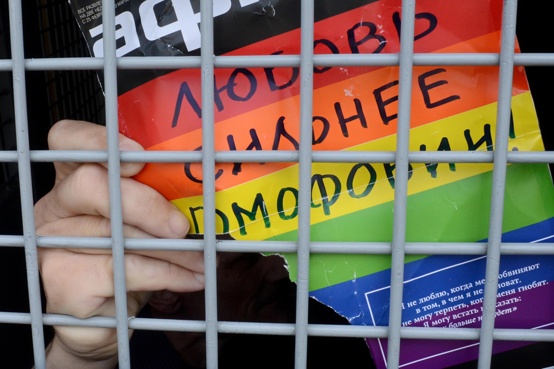 Власти Петербурга отказали ЛГБТ-активистам в проведении прайда, те решили устроить одиночные пикеты