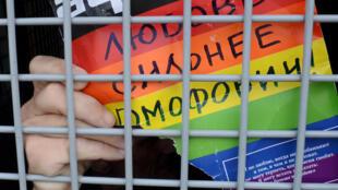 О том, что представители ЛГБТ подвергаются не только оскорблениям и угрозам в интернете, но и гомофобному насилию в реальной жизни, говорят многие правозащитники