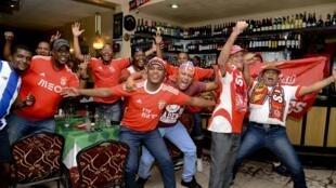 Festejos dos adeptos do Benfica em Moçambique.