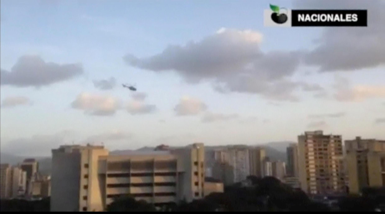 یک فروند هلیکوپتر پلیس ونزوئلا به دیوان عالی این کشور، نهاد هوادار نیکلاس مادورو، حمله کرده است..