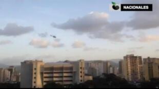 Chiếc trực thăng bay trên tòa nhà Tòa Án Tối Cao ở Caracas, Venezuela, ngày 27/06/2017