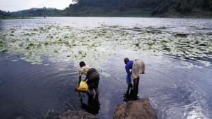 Collecte d'eau douce dans le cratère du volcan ougandais Caldera.