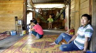 Après trois enfants, cette famille laotienne a décidé de recourir à la contraception.
