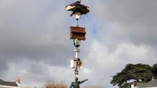 日本艺术家西野达在南特城市法国西北部城市南特拉佩维尔广场(La Prévert)米里尼特将军(le général Mellinet)雕塑上的悬空展品 (2015年3月15日)