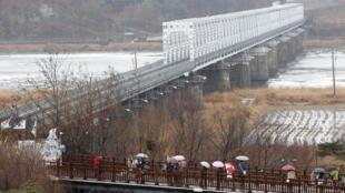 Khách du lịch thăm cầu Tự do, gần khu vực giới tuyến phi quân sự giữa hai miền Triều Tiên, 27/2/2011.
