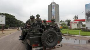 Askari wa FARDC karibu na makao makuu ya shirika la utangazaji DRC, RTNC, huko Kinshasa, Desemba 30, 2013.