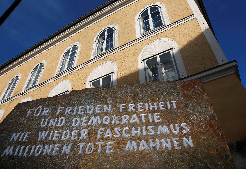 """Pedra memorial em frente da casa onde Adolf Hitler nasceu em Braunau am Inn:  """"Pela paz, liberdade e democracia. Fascismo nunca mais, advertem milhões de mortos""""."""