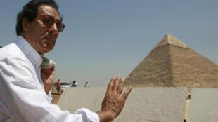 Farouk Hosni, du temps où il était ministre égyptien de la Culture, devant une des grandes pyramides de Gizeh à la périphérie du Caire, le 11août 2008.