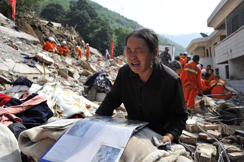 Một nạn nhân trong vụ động đất tại Lon Đầu Sơn, Vân Nam ngày 6/8/2014.