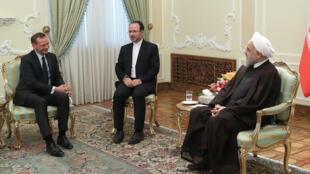 O presidente iraniano, Hassan Rohani (à direita), recebeu o diplomata francês Emmanuel Bonne (à esquerda), que foi a Teerã tentar salvar o Acordo Nuclear de 2015.