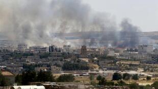 Focos de fumaça na cidade síria de Kobane.