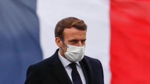 El presidente Emmanuel Macron llega a la fragata Bretaña para dar su discurso de buenos deseos para el nuevo año a los militares franceses, el 19 de enero de 2021 en Brest, al noroeste de Francia