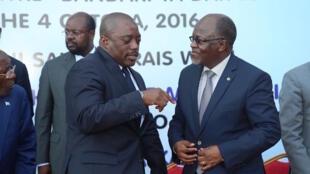 Rais wa DRC, Joseph Kabila, akiteta jambo na rais wa Tanzania, John Pombe Magufuli wakati alipokuwa ziarani jijini Dar es Salaam, Tanzania, 4 October 2016.