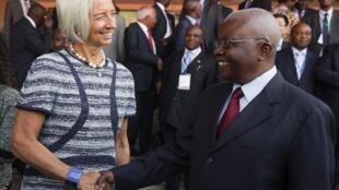 Mkuu wa shirika la fedha duniani, Christine Lagarde akiwa na rais wa Msumbiji, Armando Guebuza