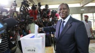 Rais wa Cote D'Ivoire Alassane Ouattara akipiga kura wakati wa Uchaguzi wa Wabunge
