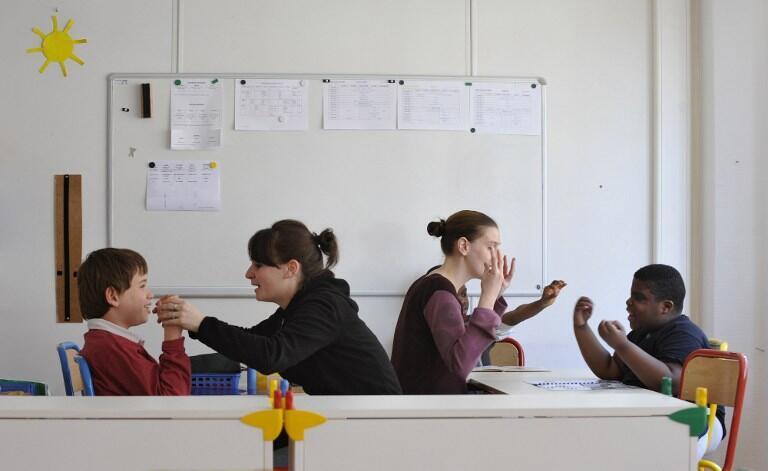 Crianças autistas são estimuladas em escola especializada de Paris.