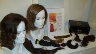Ongs ajudam pacientes de câncer a obter perucas.