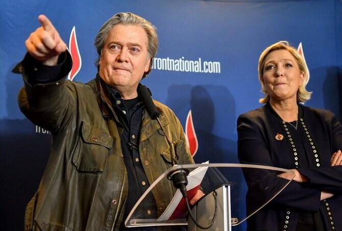 """美國白宮前首席戰略師班農與法國極右翼政黨""""國民聯盟""""黨魁瑪麗娜·勒龐資料圖片"""