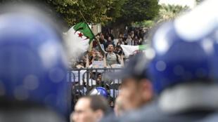 Los estudiantes argelinos manifestaron en varias ciudades contra un quinto mandato de Abdelaziz Buteflika. Campus de la Universidad de Argel, 26 de febrero de 2019.