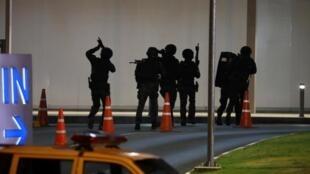 Спецназ у входа в торговый центр, где могут находиться заложники