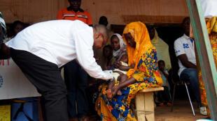 Le ministre de la Santé Pierre Somse pique le premier bébé pour lancer la campagne de vaccination à Alindao (Centrafrique), le 30 janvier 2019.