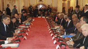 Le Premier ministre Edouard Philippe et le Comité des signataires de l'accord de Nouméa, réunis à Paris, le 2 novembre 2017.