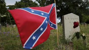 La bandera confederada flota en la tumba de un soldado muerto durante la guerra civil, cementerio Magnolia, Charleston, Carolina del Sur, 22 de junio de 2015.