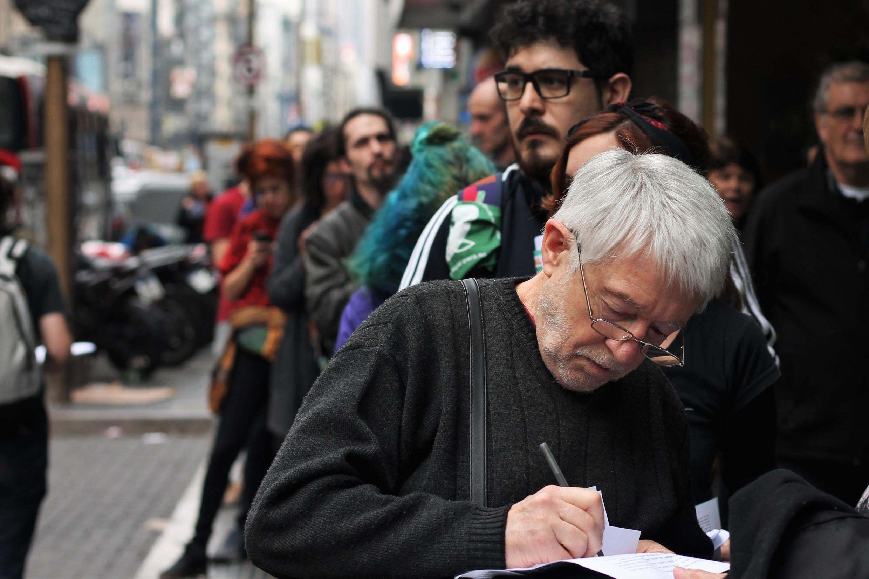 """شهروندان آرژانتین در بوئنوس آیرس، پایتخت کشور، برای اعلام ترک جمعی دین، روز شنبه ١٨ اوت/ ٢٧ مرداد ماه، در مقابل """"دفاتر خیابانی"""" یک انجمن مردمنهاد اجتماع کردهاند"""