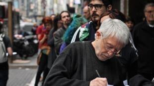 Argentinos haciendo cola para rellenar el formulario de apostasía, el pasado 18 de agosto de 2018.