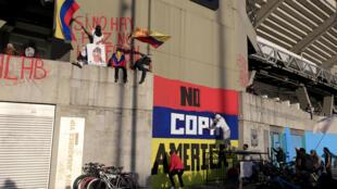 """Des graffitis """"Copa América non"""" et """"Pas de paix, pas de football"""" sur le mur d'un stade de Bogota le 19 mai 2021"""