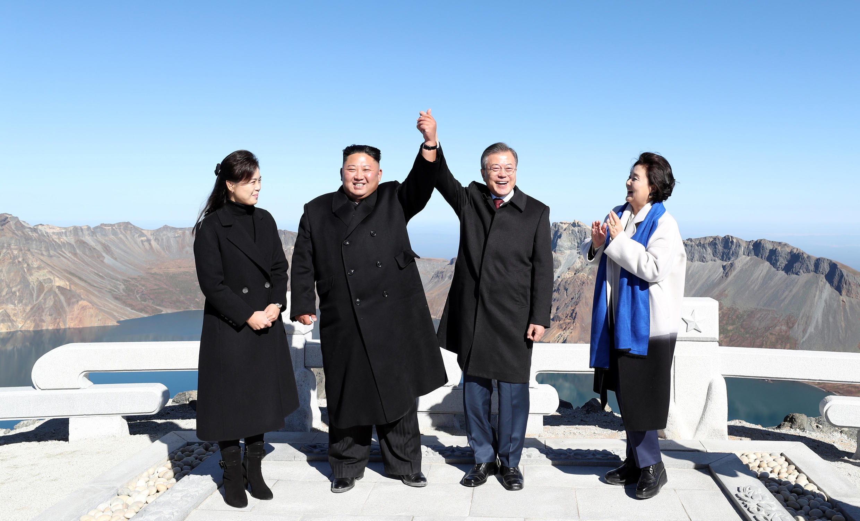 Lãnh đạo Bắc Triều Tiên Kim Jong Un (T) và tổng thống Hàn Quốc Moon Jae In trên đỉnh núi Paektu, ngày 20/09/2018