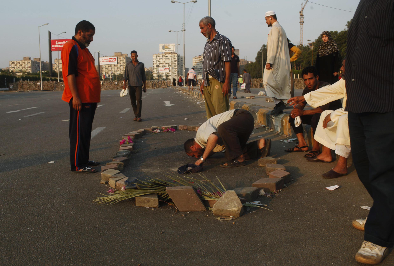 Un supporter de Mohamed Morsi honore le sang versé par un autre supporter du président déchu, le 3 août près du Caire.