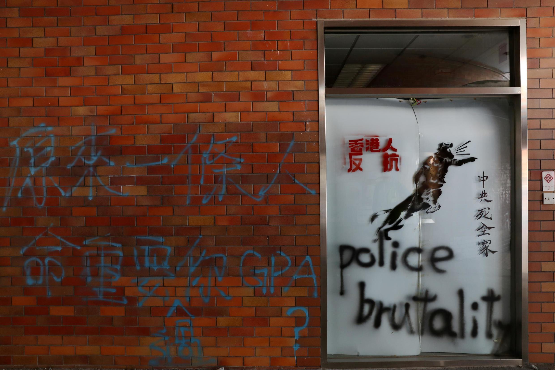 Tố cáo bạo lực của cảnh sát trên một bức tường Đại Học Bách Khoa Hồng Kông. Ảnh 21/11/2019.