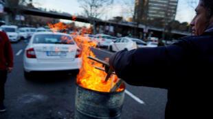 Los taxistas paralizan las calles de Madrid, reclamando una reglamentación que limite la competencia de los vehículos de transporte con conductor (VTC).