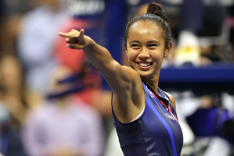 Leylah Férnandez celebra su victoria frente a Aryna Sabalenka en el Abierto de Estados Unidos