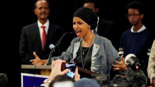 A deputada democrata Ilhan Omar reage à confirmação de sua eleição para o Congresso dos Estados Unidos, em 6 de novembro de 2018