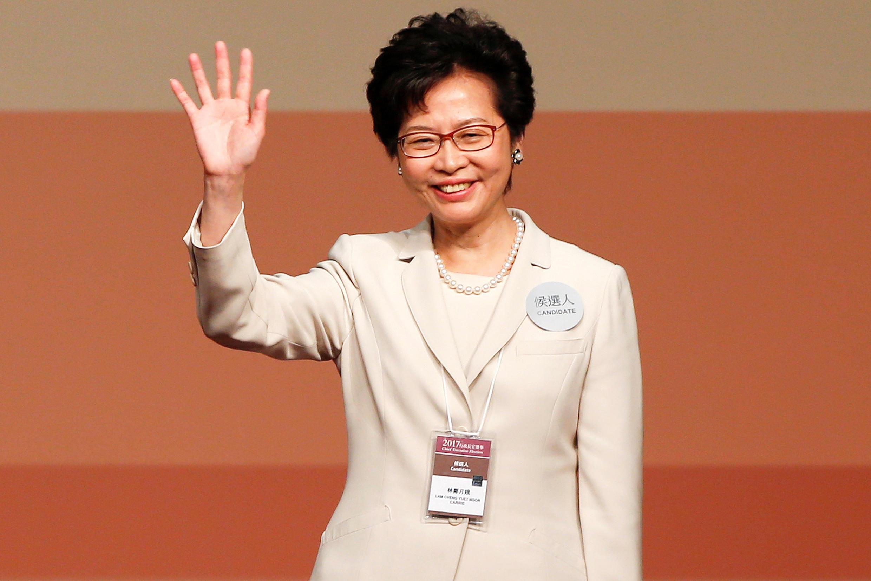 Carrie Lam acena após sua eleição como a nova governante de Hong Kong, em 26 de março de 2017.
