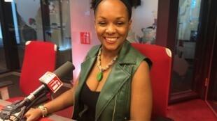 Karina Paim nos estúdios da RFI em Paris