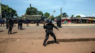 Des policiers guinéens lors de heurts avec les manifestants le 21 octobre 2020. Amnesty International dénonce des violences policières et des tirs à balles réelles sur les manifestants.
