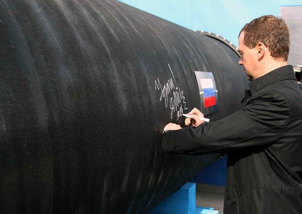 Дмитрий Медведев подписывает трубу газопровода «Северный поток», апрель 2010 (архив)