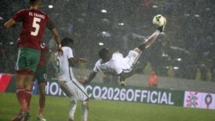 Le Marocain Jawad El Yamiq (g) défend contre le Nigérian Ibrahim Mustapha (d) lors du dernier match du Championnat d'Afrique des nations 2018 à Casablanca, au Maroc.