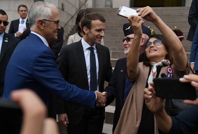 Shugaban Faransa Emmanuel Macron da Fira Ministan Australia Malcolm Turnbull yayin gaisawa da tsaffin sojin Australia da iyalansu, a lokacin bikin tunawa da gudunmawar mazan jiya a birnin Sydney.
