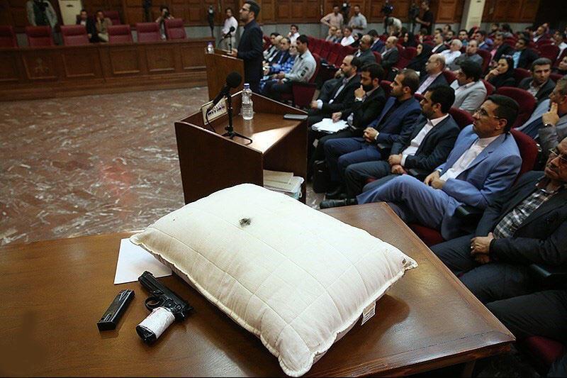 اسلحه و یک عدد بالش سفید رنگ که در آن آثار ورود و خروج گلوله بود، به عنوان شواهد قتل میترا استاد، در اولین جلسه دادگاه محمدعلی نجفی به نمایش گذاشته شد. شنبه ٢٢ تیر/ ١٣ ژوئیه ٢٠۱٩