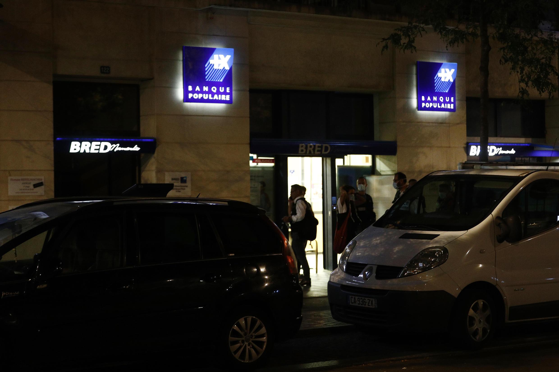 Полиция у входа в банк сразу после освобождения заложников.