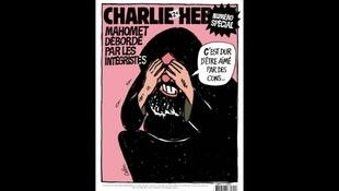 """Bìa một số báo nổi tiếng của Charlie Hebdo ra năm 2006, để tỏ tình đoàn kết với một tờ báo Đan Mạch. Trong tranh, nhân vật tượng hình cho nhà tiên tri Mohammed nói : """"được những kẻ ngu xuẩn yêu quý, sao khổ tôi quá !..."""" Tác giả bức họa là họa sĩ Cabu."""