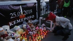Người dân đặt hoa và nến tưởng niệm các nạn nhân trong vụ hỏa họa tại trung tâm thương mại làm ít nhất 64 người thiệt mạng, Krasnoyarsk, Nga, ngày 27/03/2018