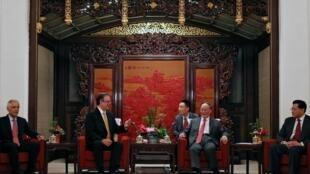 中国国家副主席王岐山7月1日与墨西哥外长埃布拉德会面