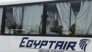 Familiares de las víctimas del vuelo MS804 llegan en bus al aeropuerto del Cairo el 19 de mayo de 2016.
